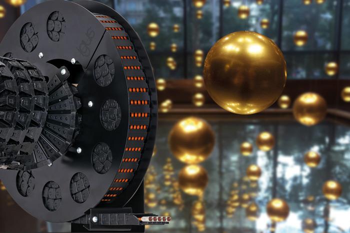 Kompaktowy system zarządzania przewodami e-spool firmy igus zapewnia bezpieczne iniezawodne prowadzenie nawet przy złożonych warunkach wkinetycznym dziele sztuki