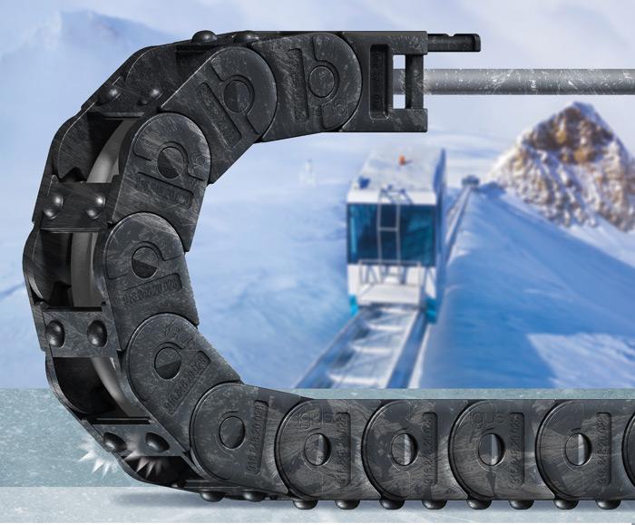 Dwa sferyczne piny na każdym ogniwie prowadnika zmniejszają powierzchnię kontaktu, atym samym ryzyko zamarznięcia ice-chain (Źródło: igus Sp. zo.o.)