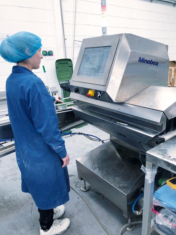 Rentgenowski system inspekcji Dylight firmy Minebea Intec wtrakcie eksploatacji wfabryce HCP Health Care Products Ltd.